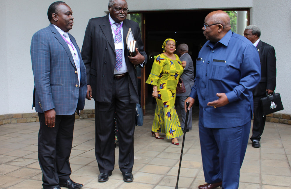 Le facilitateur, Benjamin Mkapa (à droite), échange des plaisanteries avec des proches collaborateurs lors du 5ème round du dialogue inter-Burundi à Arusha, en Tanzanie, le 29 octobre 2018. Photo: OSESG-B, Kassimi Bamba