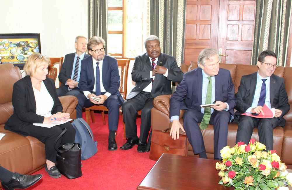 Des représentants des donateurs et des diplomates consultent le facilitateur en marge des pourparlers inter-burundais à Arusha, en Tanzanie, le 27 octobre 2018. Photo: OSESG-B, Kassimi Bamba