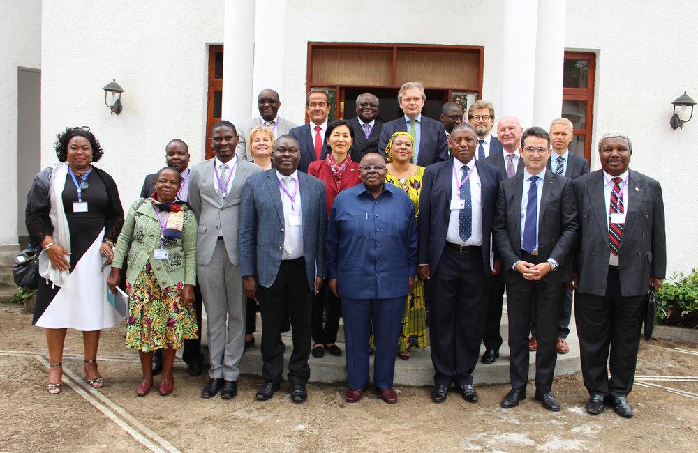 Le facilitateur Benjamin Mkapa (au centre) et son équipe technique lors du 5ème round du dialogue inter-Burundi à Arusha, Tanzanie, le 29 octobre 2018. Photo: OSESG-B, Kassimi Bamba