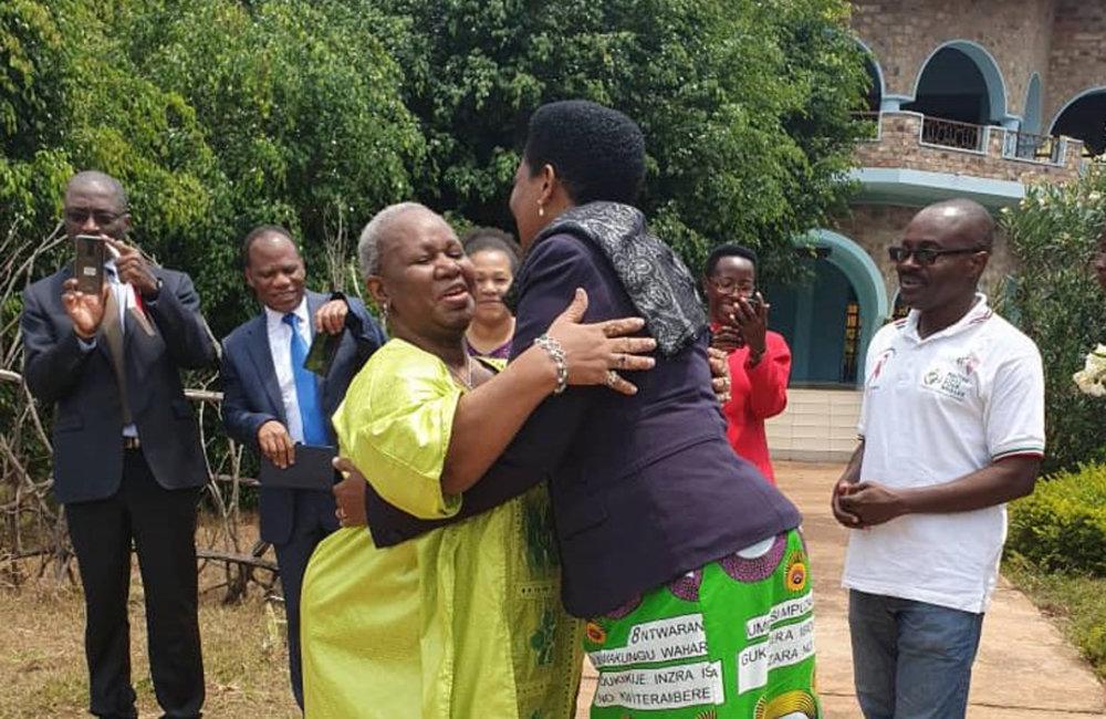 La Première Dame burundaise, Denise Nkurunziza, accueille le Secrétaire général adjoint, Bintou Keita, à l'orphelinat du Bon Samaritain de Buye, Ngozi, le 31 août 2019. ONU/Kassimi Bamba
