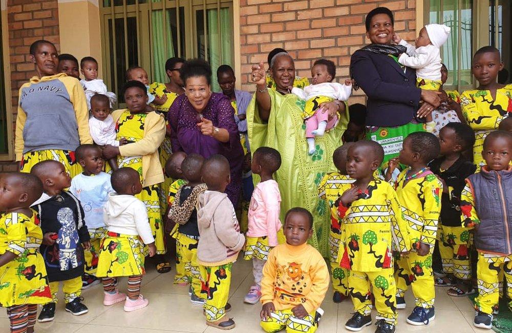 La secrétaire générale adjointe des Nations Unies pour l'Afrique, Bintou Keita et la Première Dame du Burundi, Denise Nkurunziza avec des enfants de l'orphelinat du Bon Samaritain à Buye, Ngozi, le 31 août 2019, lors d'une visite d'une semaine visant à évaluer la situation politique et la sécurité dans le pays. ONU/Kassimi Bamba
