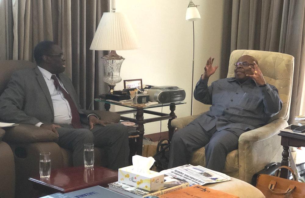 L'envoyé spécial Michel Kafando s'entretient avec Benjamin Mkapa, ancien facilitateur du dialogue Inter-Burundais, à Dar es-Salaam, le 14 mai 2019