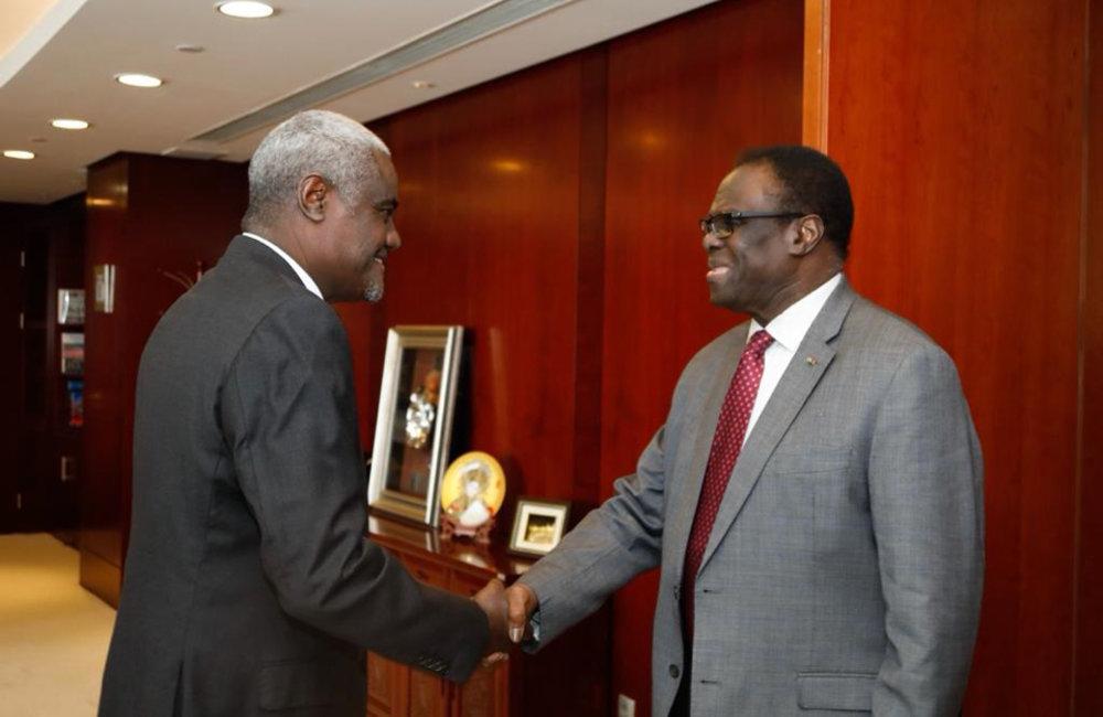 L'envoyé spécial Michel Kafando a rencontré le président de la Commission de l'Union africaine, Moussa Faki Mahamat, à Addis-Abeba, le 13 mai 2019. Photo : UN/Elshaddai Mesfin