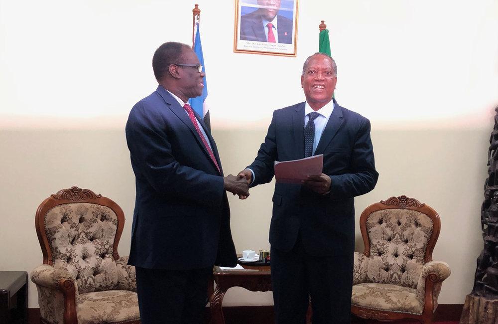 L'envoyé spécial Michel Kafando en discussion avec le ministre des Affaires étrangères de Tanzanie, le professeur Palamagamba Kabudi, à Dar es-Salaam, le 15 mai 2019. Photo : UN/Elshaddai Mesfin