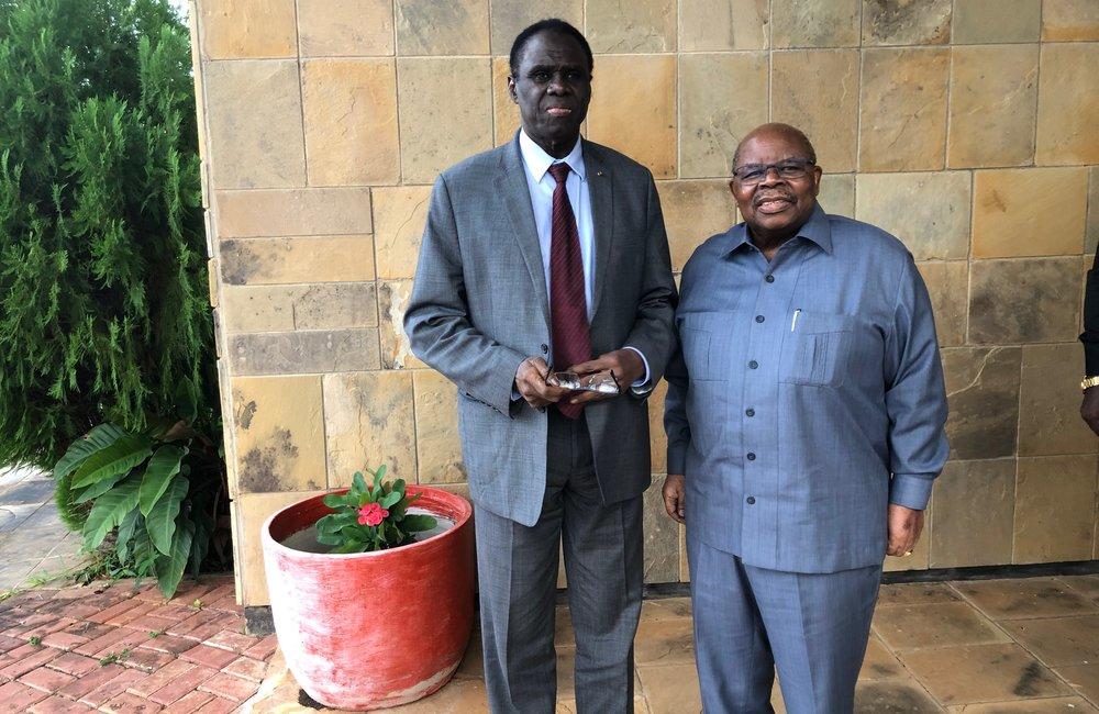 L'Envoyé spécial Michel Kafando a rencontré Benjamin Mkapa, ancien facilitateur du dialogue inter-Burundi dirigé par la CAE, à Dar es-Salaam, le 14 mai 2019. Photo : UN/Elshaddai Mesfin