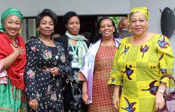 Soutien international: Aldine Traore de l'Union africaine (à gauche) et Yewande Odia de OSESG-B posent avec des femmes déléguées du Burundi à la 5ème session du dialogue à Arusha, en Tanzanie, le 29 octobre 2018. Photo: OSESG-B, Kassimi Bamba